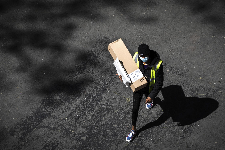 Un livreur de l'entreprise Amazon dans les rues de Paris, alors que le pays est confiné, le 15 avril 2020.