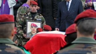 Photo d'archive datant du 21 mars 2012, montrant des militaires du même régiment qu'Abel Chennouf portant son cercueil et son portrait.