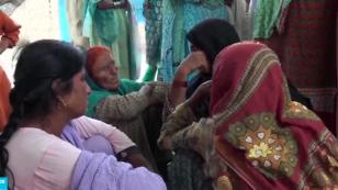 هنديات في جنازة شابة قتلها شقيقها لرفضها الزواج من رجل لا تحبه