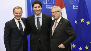 Le président du Conseil européen Donald Tusk, le Premier ministre canadien Justin Trudeau et le président de la Commission européenne Jean-Claude Juncker lors de la signature du Ceta à Bruxelles, dimanche 30 octobre 2016.