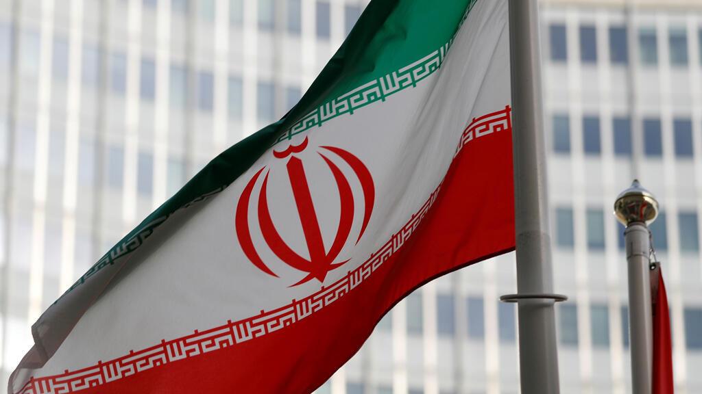La bandera iraní ondea frente a la sede del Organismo Internacional de Energía Atómica (OIEA) en Viena, Austria, 4 de marzo de 2019.
