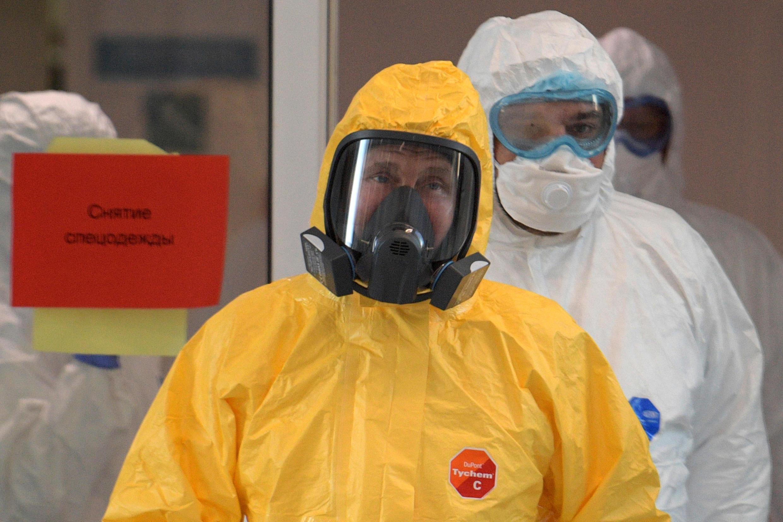 El presidente ruso, Vladimir Putin, usa equipo de protección durante una visita a un hospital con pacientes infectados con el nuevo coronavirus COVID-19.