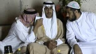Capture d'écran d'une vidéo diffusée par la CIA, en novembre 2017, montrant Hamza Ben Laden (au centre).