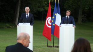 الرئيس التونسي قيس سعيّد في مؤتمر صحافي مشترك مع نظيره الفرنسي إيمانويل ماكرون في باريس في 22 حزيران/يونيو 2020