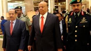 الرئيس اليمني عبد ربه منصور هادي (وسط)