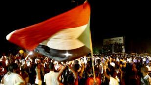 Des manifestants continuent leur sit-in en face du siège de l'armée à Khartoum, le 30 mai 2019.