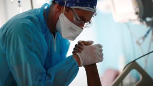 Un patient atteint du Covid-19 qui a passé plus de 20 jours en réanimation fait des exercices de physiothérapie au Centre Cardiologique du Nord, à Saint-Denis, près de Paris, le 22 avril 2020.