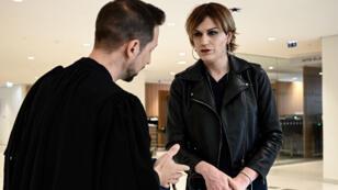 Julia, une femme transgenre agressée fin mars, et son avocat Étienne Deshoulieres.
