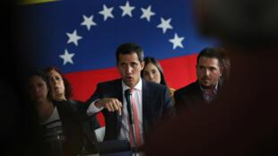 El líder de la oposición venezolana, Juan Guaido, a quien muchas naciones han reconocido como el legítimo gobernante interino del país, en una conferencia de prensa después de haber sido acusado estar involucrado en actos de corrupción en Caracas, Venezuela, 17 de junio de 2019.