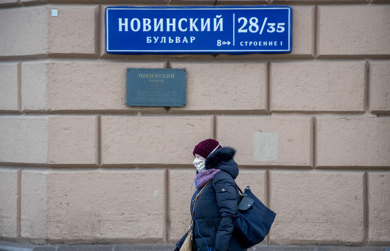 Archivo. Con un aumento en los casos de coronavirus, más rusos recurren al mercado negro para encontrar máscaras protectoras.