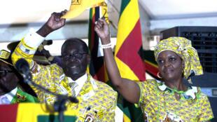 Robert Mugabe et son épouse, Grace, lors d'une réunion de son parti le 6 décembre.