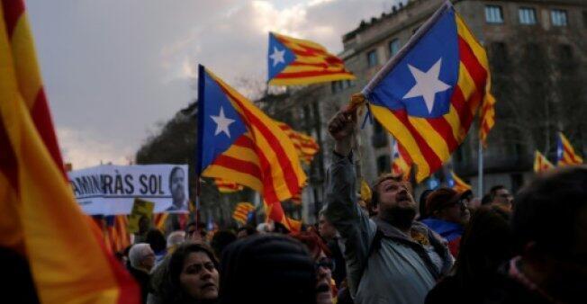 دعاة استقلال كاتالونيا يتظاهرون رافعين رابات كاتالونيا أثنا تجمع ضم عشرات آلاف الأشخاص المطالبين بقيام جمهورية كاتالونيا الأحد ببرشلونة في 11