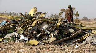 Un oficial de la policía etíope pasa junto a los escombros del accidente aéreo del vuelo de Ethiopian Airlines, cerca de Addis Abeba, Etiopía, el 12 de marzo de 2019.