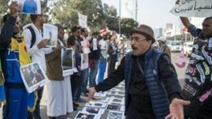 أنصار للحراك يتظاهرون أمام محكمة الاستئناف في الدار البيضاء في 31 تشرين الأول/أكتوبر 2017