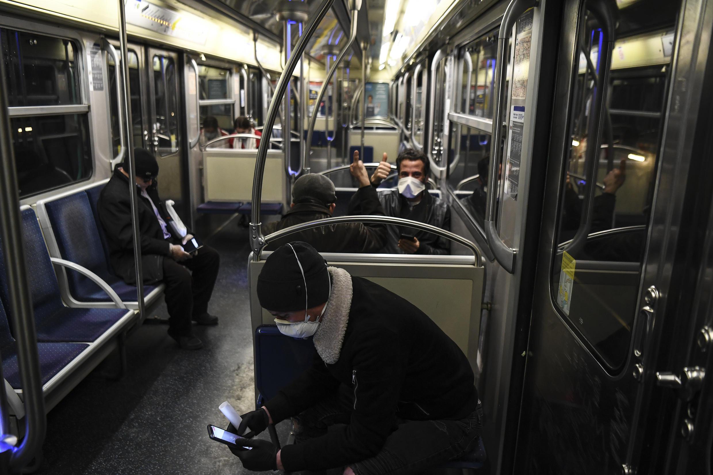 Des personnes utilisant leur smartphone dans le métro parisien, le 23 mars 2020.
