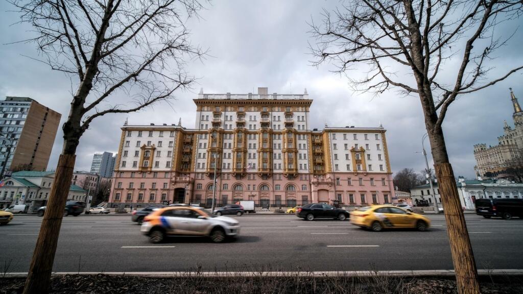 بسبب الخلاف حول التأشيرات الدبلوماسية... السفارة الأمريكية في موسكو قد تتوقف عن أداء مهامها