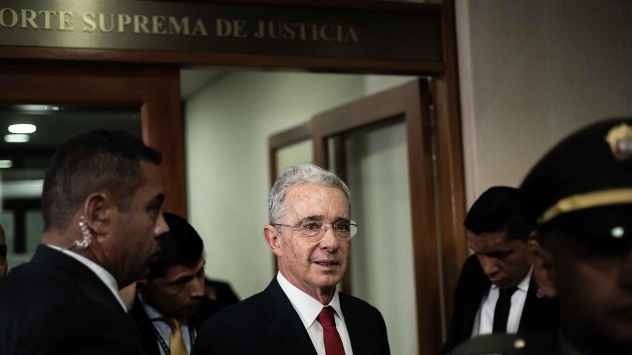 El expresidente de Colombia, Álvaro Uribe, llega a su audiencia privada ante la Corte Suprema de Justicia en Bogotá, el 8 de octubre de 2019.