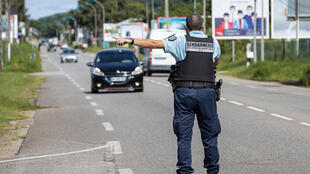 Des gendarmes contrôlent des conducteurs à Rémire-Montjoly, en Guyane française, pour s'assurer de la bonne observance du couvre-feu, le 20 juin 2020.