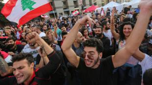 فرحة المحتجين اللبنانيين بعد استقالة سعد الحريري، في 29 أكتوبر/تشرين الأول 2019.