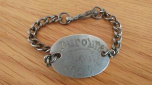 Le bracelet d'identification de Louis Duroure.