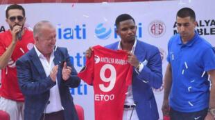 Samuel Eto'o présente son nouveau maillot du club d'Antalyaspor.
