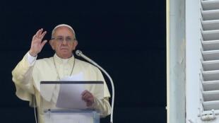 El papa Francisco saluda la gente durante su Angelus en la plaza San Pedro, en el Vaticano el 22 de octubre de 2017.