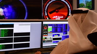 Un employé du centre spatial Mohammed Bin Rashid à Dubai, dans la salle de contrôle dédiée à la mission Mars, le 5 juillet 2020