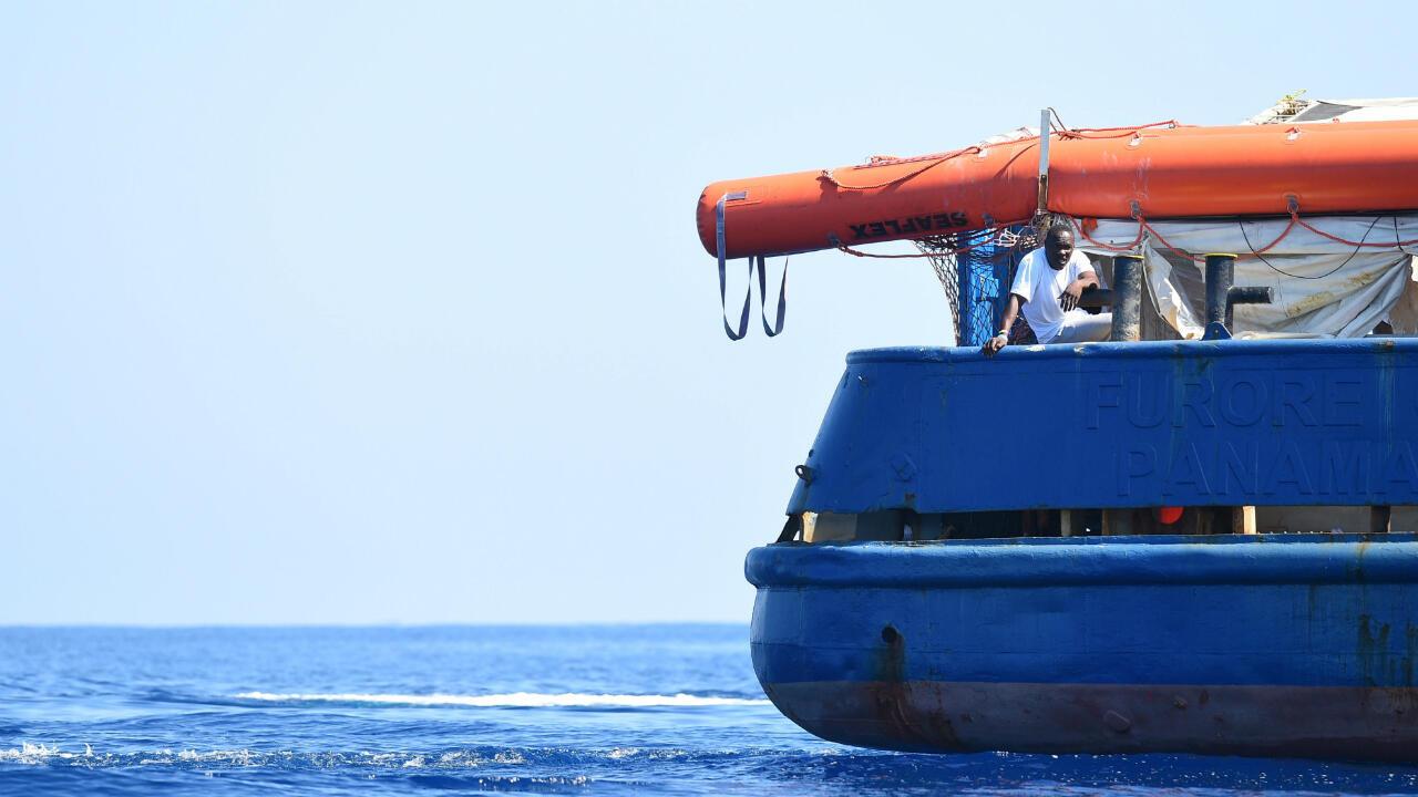 Un migrant sur le bateau de sauvetage Sea-Watch 3, près de l'île de Lampedusa, en Italie, le 26 juin 2019.