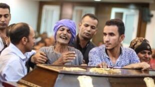 أقرباء وأصدقاء أسعد فاروق لبيب غالي (35 عاما) خلال مراسم جنازته في الكنيسة الأنغليكانية بقرية ريدا في 3 تشرين الثاني/نوفمبر 2018، وهو أحد ضحايا الهجوم على حافلة أقباط في المنيا جنوب مصر