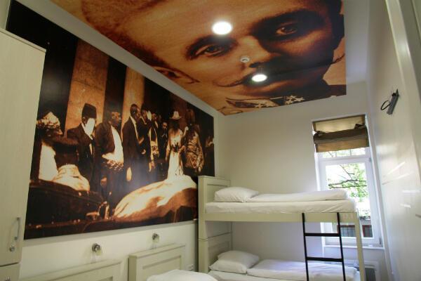 """Une des chambres de l'auberge de jeunesse """"Franz Ferdinand"""""""