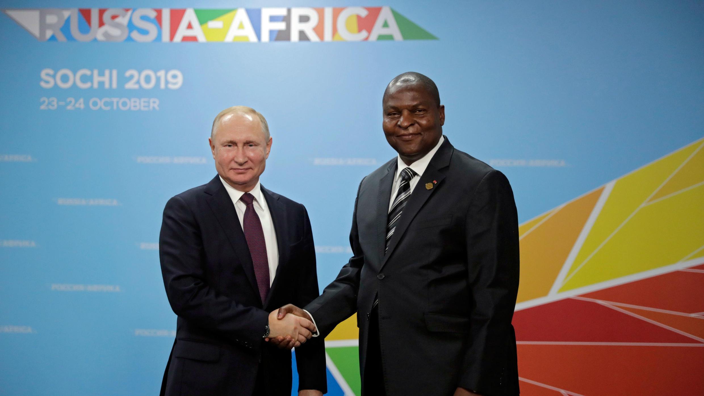 El presidente ruso, Vladimir Putin (izq), saluda al presidente de la República Centroafricana, Faustin Archange Touadera (der), durante la apertura de la cumbre Rusia-África celebrada en Sochi, Rusia, el 23 de octubre de 2019.
