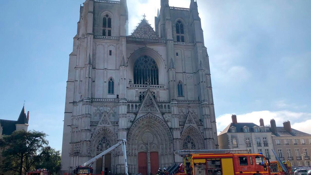 En esta imagen del 18 de julio de 2020, aparece la catedral de Nantes con su cristalera principal destruida y sombras provocadas por el incendio.