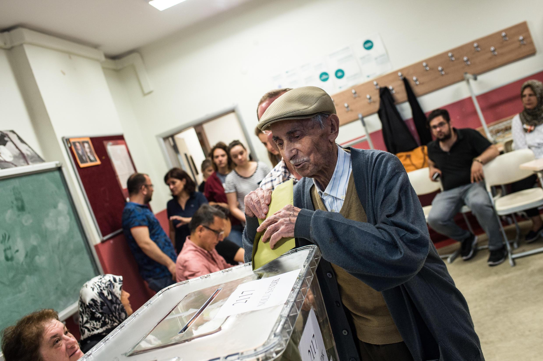 Dans un bureau de vote à Istanbul, le 24 juin 2018.