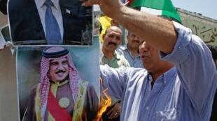 مظاهرة لفلسطينيين في الضفة الغربية احتجاجا على مؤتمر المنامة، حرق صور ترامب وحمد بن عيسى آل خليفة. 24 يونيو/حزيران 2019