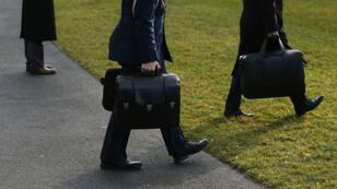 """Aux États-Unis, cinq soldats se relaient pour porter en permanence le """"ballon de football nucléaire"""" aux côtés du président."""
