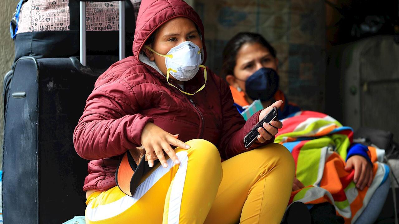Un grupo de venezolanos permanecen a las afueras de la Embajada de Venezuela en Quito, Ecuador, el 13 de mayo, para pedir que los incluyan en el vuelo humanitario hacia su país de origen durante la pandemia del Covid-19.