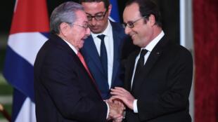 François Hollande et Raul Castro lors d'un dîner à l'Elysée, le 1er février 2016.