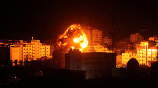 Humo y llamas se ven en Gaza durante el bombardeo de aviones israelíes. 25 de marzo de 2019.