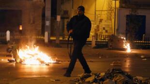Manifestantes se tomaron las calles de las ciudades tunecinas en la noche pese a la presencia del ejército