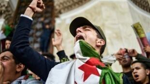 جزائريون يتظاهرون في ساحة البريد الكبرى وسط العاصمة الجزائرية في 10 مارس/آذار 2019 ضد ترشح الرئيس عبد العزيز بوتفليقة لولاية خامسة.
