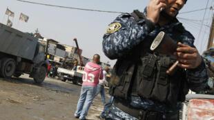 Le 14 février 2017, des policiers sécurisent un site dans le sud de Bagdad où un attentat vient d'avoir lieu.
