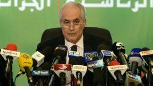 Sur cette photo d'archives prise le 18 avril 2014, le ministre algérien de l'Intérieur, Tayeb Belaiz, annonce les résultats de l'élection présidentielle lors d'une conférence de presse à Alger.