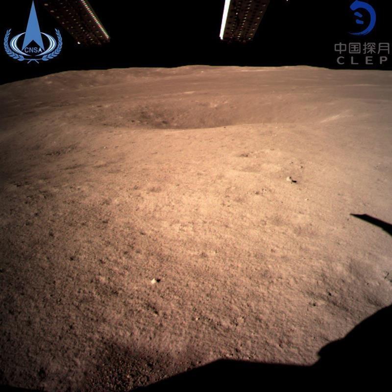 Esta es la primera foto de la cara oculta de la Luna captada por la sonda Chang'e 4, que ha marcado un nuevo hito para China dentro de su programa espacial al convertirse en el primer país que logra alunizar en el lado oscuro de la superficie lunar el 3 de enero de 2019.