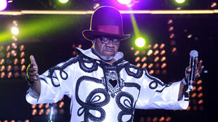 Légende de la musique africaine, le musicien congolais Papa Wemba est mort à Abidjan où il se produisait samedi soir.