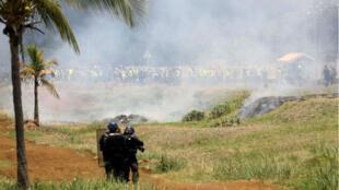 Des policiers français font face aux Gilets jaunes au Port, sur l'île de La Réunion, le 21novembre2018.