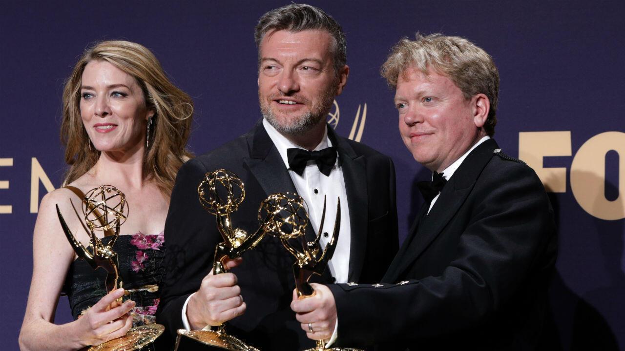 Integrantes de la producción 'Black Mirror: Bandersnatch' Annabel Jones, Charlie Brooker y Russel McLean posan en el backstage con su Emmy en la categoría de mejor película para televisión.