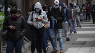 Fila para obtener el seguro de desempleo, el 28 de mayo de 2020, en Santiago