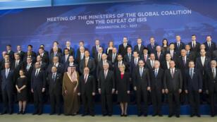 Les représentants des 68 pays membres de la coalition anti-EI posent pour une photo de famille à Washington, mercredi 22 mars 2017.