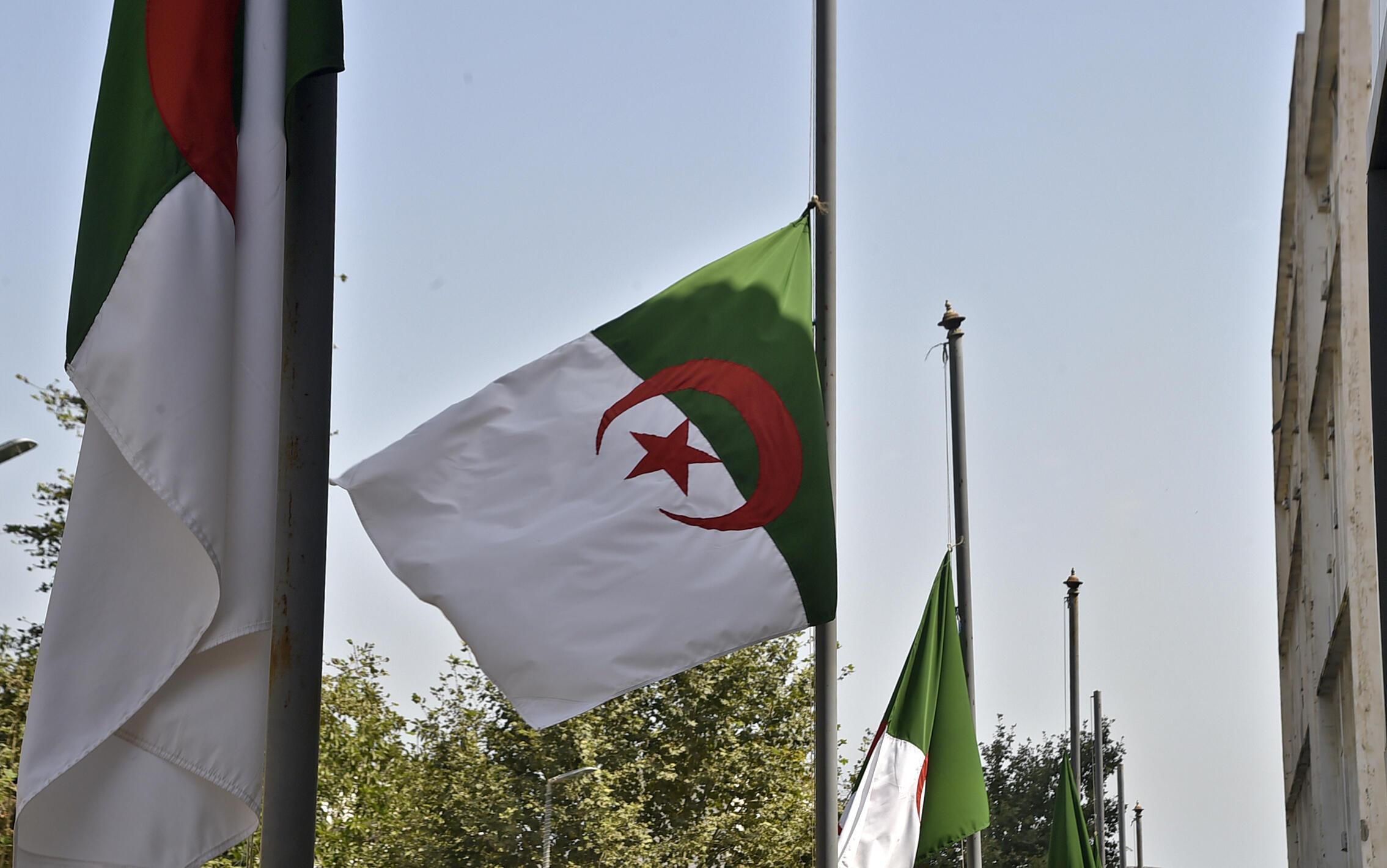 Des drapeaux algériens flottent en berne pour pleurer les victimes de l'incendie de la Kabbale du 12 août 2021 dans la capitale algérienne, Alger.