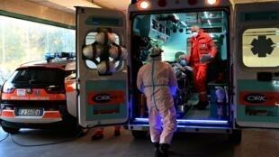 Un paciente llega en ambulancia al hospital San Carlo de Milán, el 28 de octubre de 2020 en la ciudad italiana